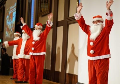 この日も日本経営の主役はご家族。サンタたちからも感謝のプレゼント。